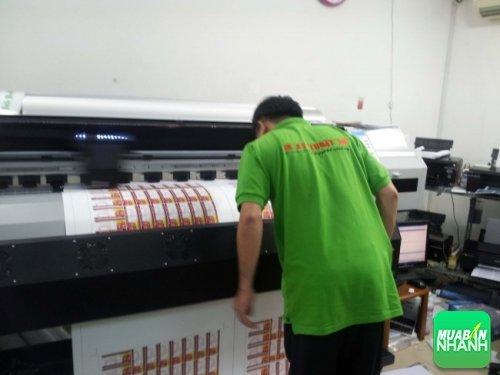 Nhân viên in đang giám sát quá trình máy in phun Nhật thực hiện in Decal PP giá rẻ